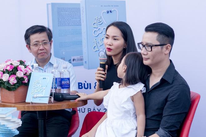 Hoang Bach dan vo va hai con di Hoi sach TP HCM hinh anh 2