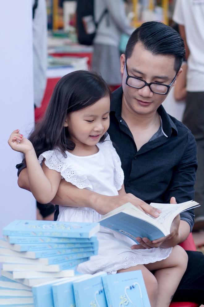 Hoang Bach dan vo va hai con di Hoi sach TP HCM hinh anh 3