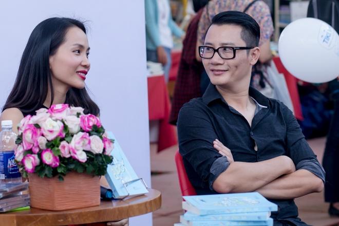 Hoang Bach dan vo va hai con di Hoi sach TP HCM hinh anh 5