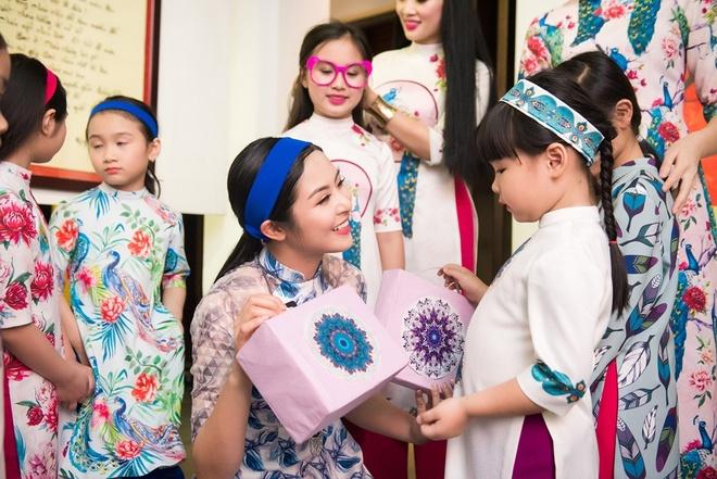 Ngoc Han trinh dien ao dai cung mau nhi hinh anh 4