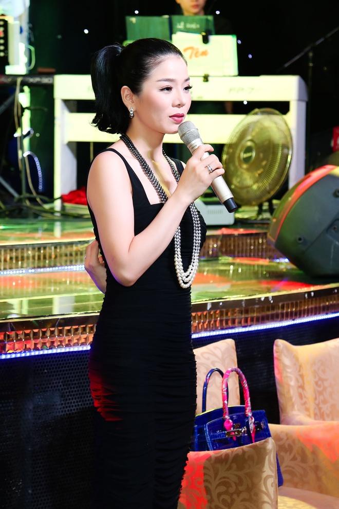 Hien Thuc mac tre trung den chuc mung Le Quyen hinh anh 4