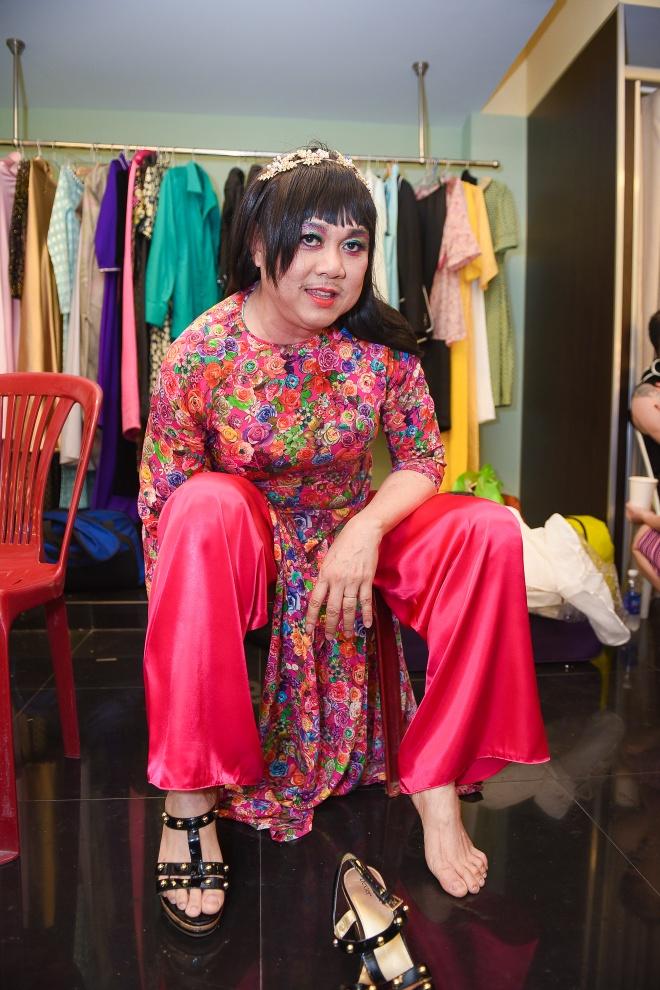 Hoai Linh ngoi xom chup anh cung Ky Duyen hinh anh 13