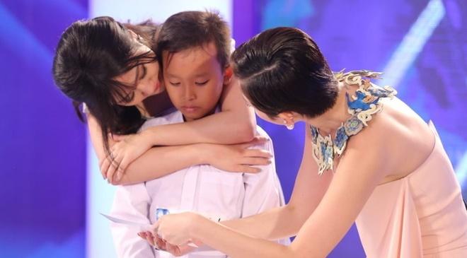 Cau be hat dam cuoi gay nghen ngao o Vietnam Idol Kids hinh anh