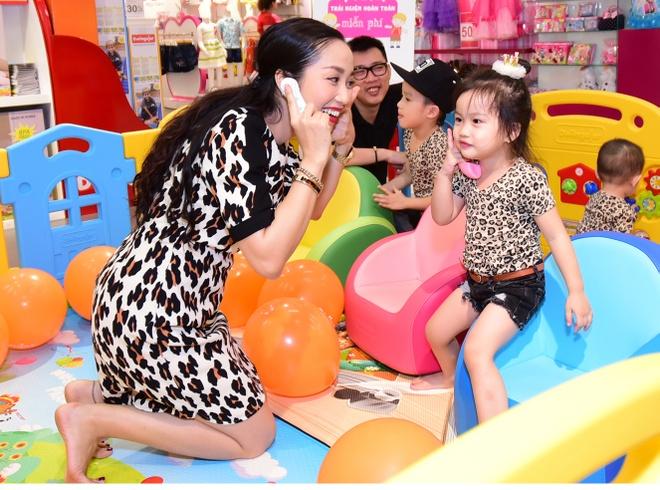 Vo chong Oc Thanh Van dua 3 con di choi dip le hinh anh 5