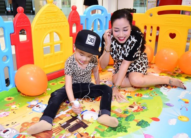 Vo chong Oc Thanh Van dua 3 con di choi dip le hinh anh 6
