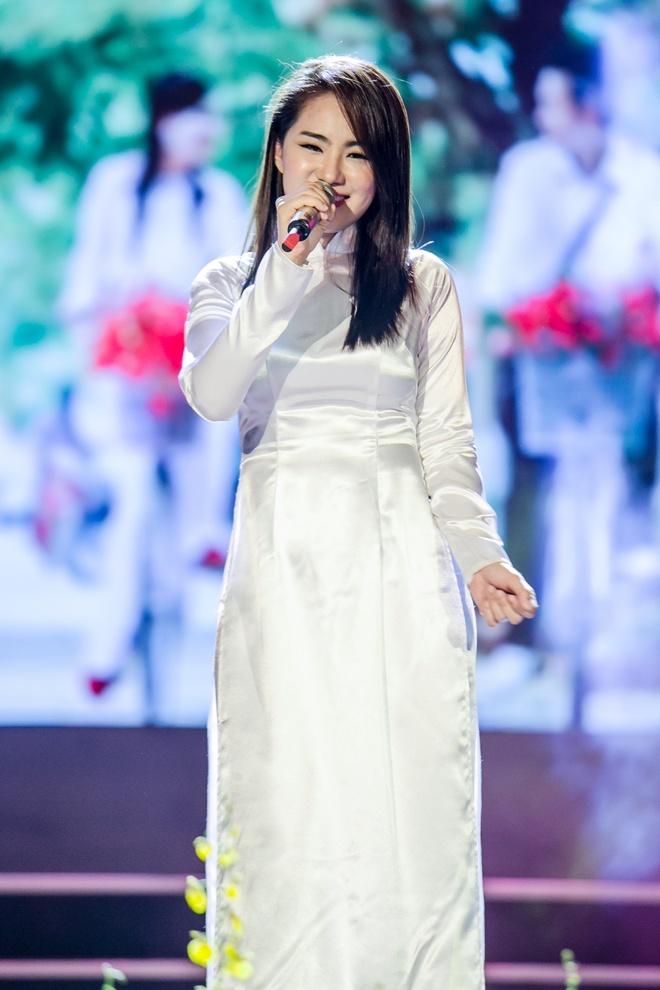 Luong Bich Huu mac nhu nu sinh sau on ao vay ao phan cam hinh anh 2