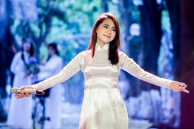 Luong Bich Huu mac nhu nu sinh sau on ao vay ao phan cam hinh anh 1