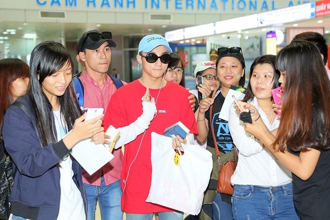 Son Tung M-TP bi fan nu deo bam tai san bay hinh anh 3