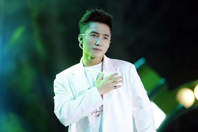 Son Tung M-TP bi fan nu deo bam tai san bay hinh anh 7
