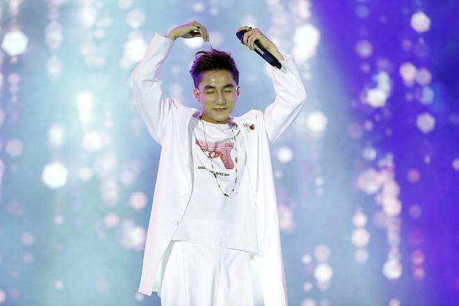 Son Tung M-TP bi fan nu deo bam tai san bay hinh anh 8