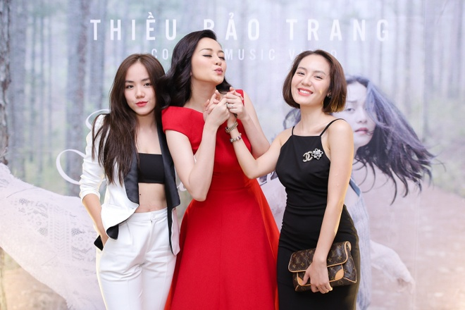 Thieu Bao Trang kem noi bat hon em gai tai hop bao hinh anh 9