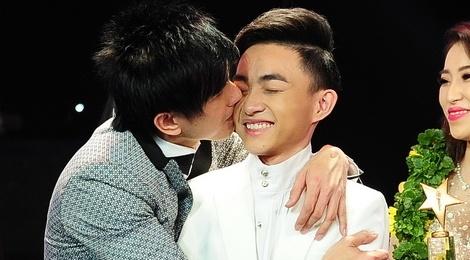 Trung Quang nhan mat khi Dan Truong hon luc dang quang hinh anh