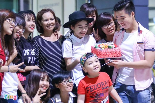 Truong Giang om hon tien Nha Phuong tai san bay hinh anh 1
