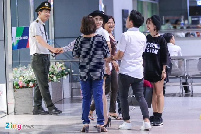 Truong Giang om hon tien Nha Phuong tai san bay hinh anh 8