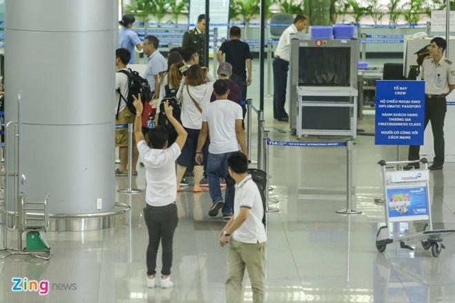 Truong Giang om hon tien Nha Phuong tai san bay hinh anh 9