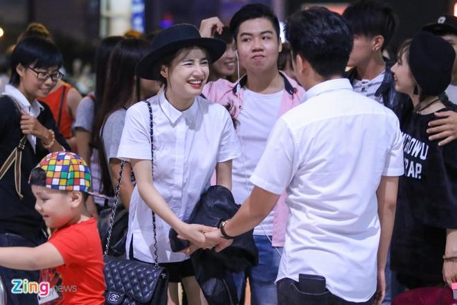 Truong Giang om hon tien Nha Phuong tai san bay hinh anh 6