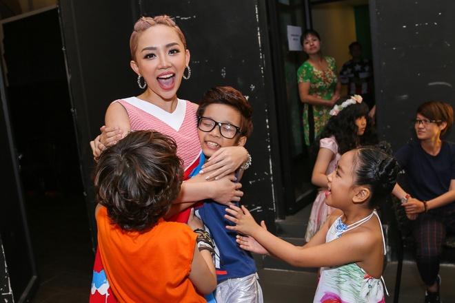 Giam khao Vietnam Idol Kids bi bao vay tai hau truong hinh anh 2