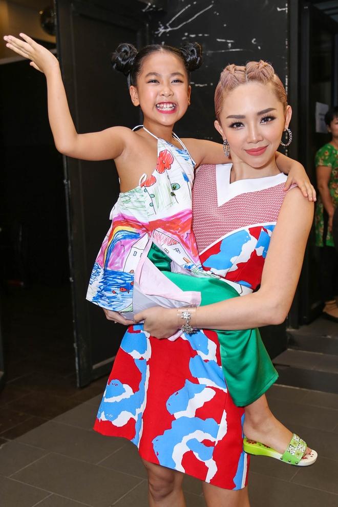 Giam khao Vietnam Idol Kids bi bao vay tai hau truong hinh anh 3