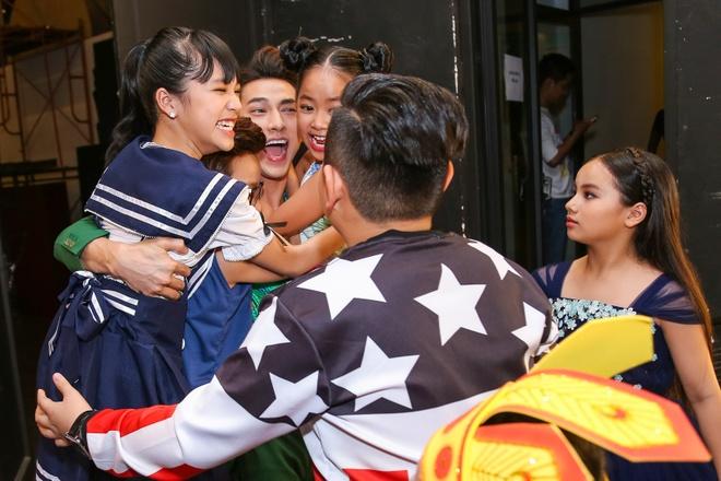 Giam khao Vietnam Idol Kids bi bao vay tai hau truong hinh anh 4