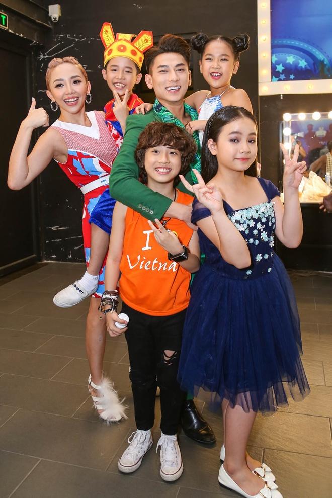 Giam khao Vietnam Idol Kids bi bao vay tai hau truong hinh anh 5