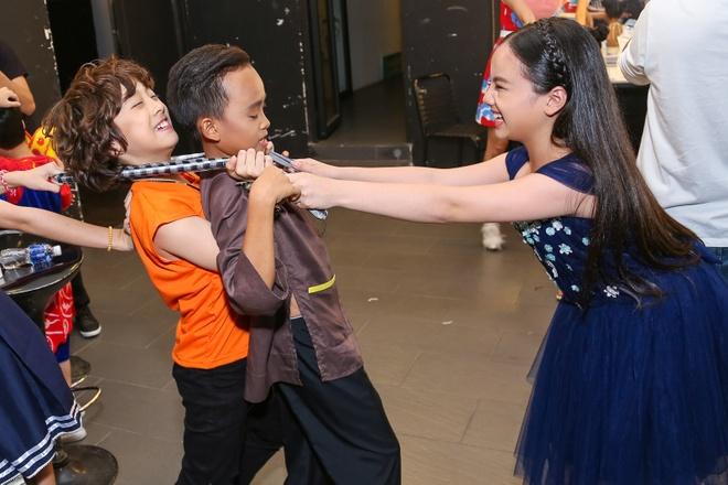 Giam khao Vietnam Idol Kids bi bao vay tai hau truong hinh anh 8