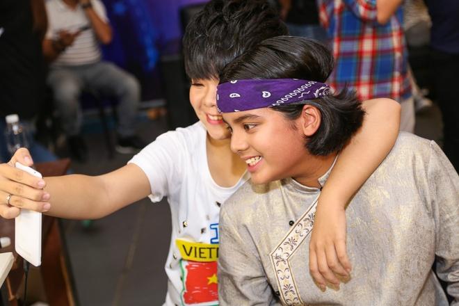 Giam khao Vietnam Idol Kids bi bao vay tai hau truong hinh anh 9