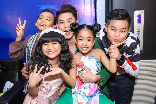 Giam khao Vietnam Idol Kids bi bao vay tai hau truong hinh anh 10