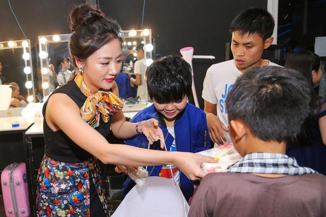 Giam khao Vietnam Idol Kids bi bao vay tai hau truong hinh anh 7