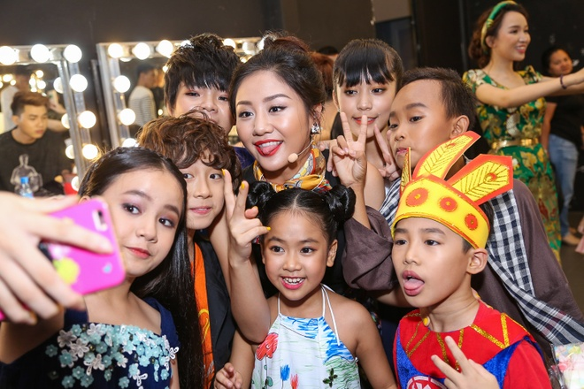 Giam khao Vietnam Idol Kids bi bao vay tai hau truong hinh anh 6