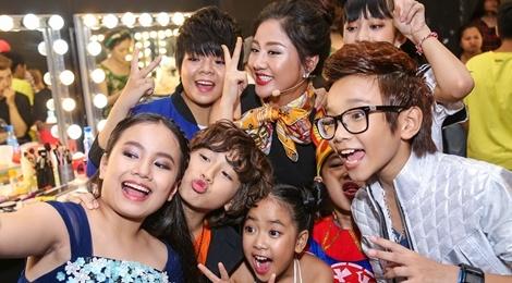 Giam khao Vietnam Idol Kids bi bao vay tai hau truong hinh anh