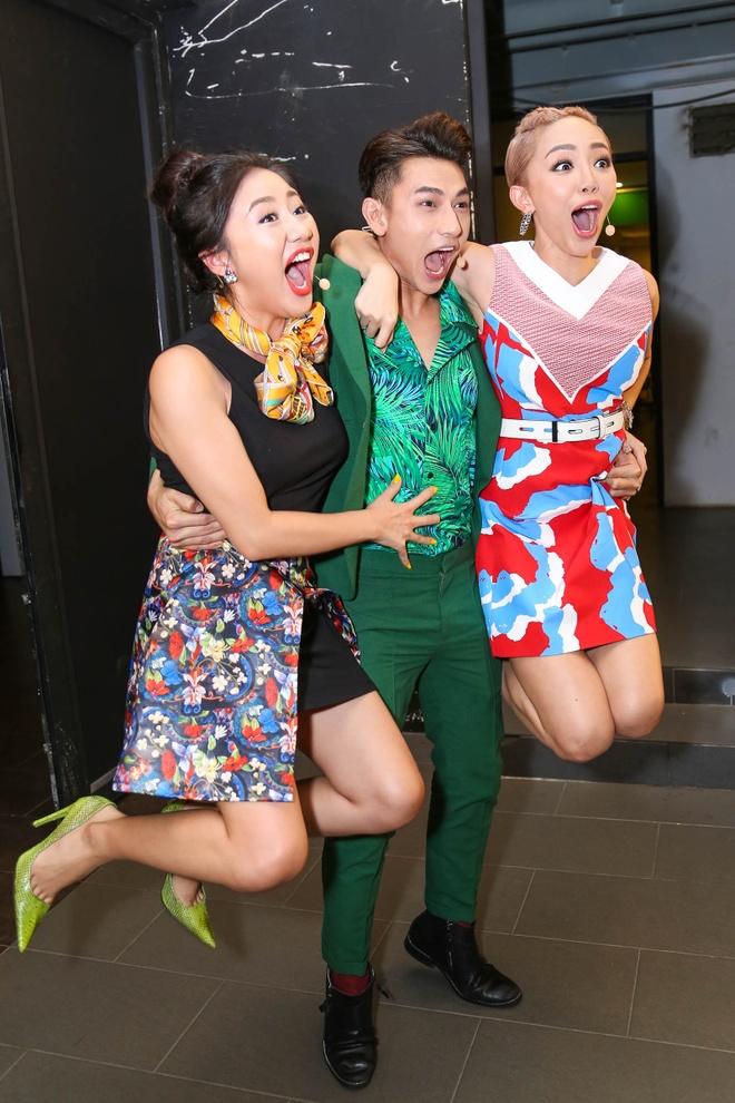 Giam khao Vietnam Idol Kids bi bao vay tai hau truong hinh anh 1