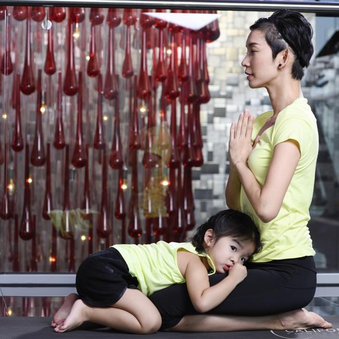 Xuan Lan day con gai gan 3 tuoi tap yoga hinh anh 2
