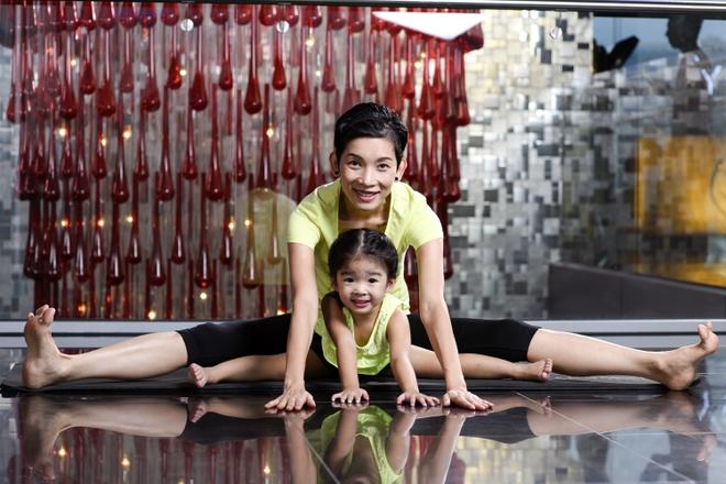 Xuan Lan day con gai gan 3 tuoi tap yoga hinh anh 1