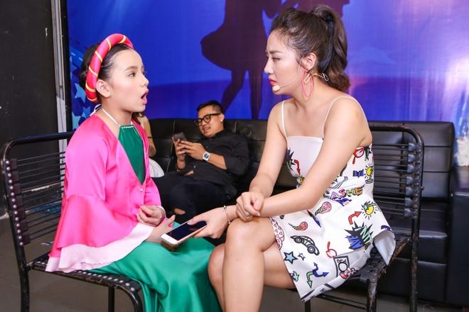 Giam khao treu dua thi sinh o hau truong Vietnam Idol Kids hinh anh 6