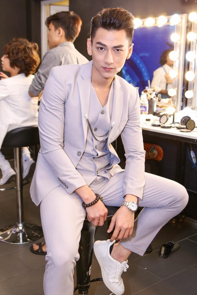 Giam khao treu dua thi sinh o hau truong Vietnam Idol Kids hinh anh 3