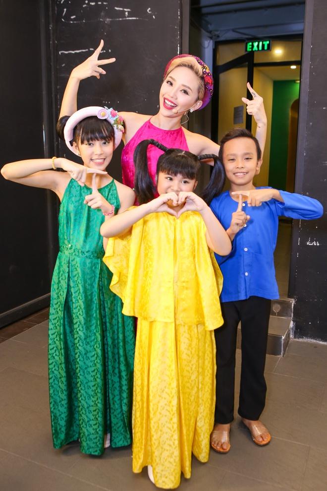Giam khao treu dua thi sinh o hau truong Vietnam Idol Kids hinh anh 5