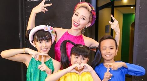 Giam khao treu dua thi sinh o hau truong Vietnam Idol Kids hinh anh
