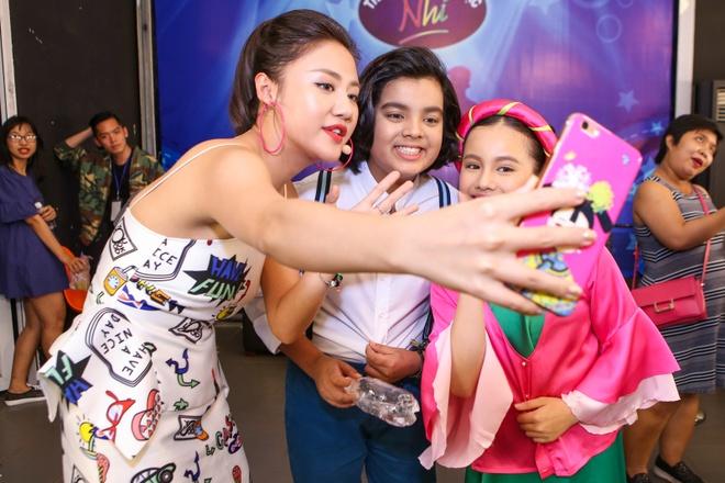 Giam khao treu dua thi sinh o hau truong Vietnam Idol Kids hinh anh 7