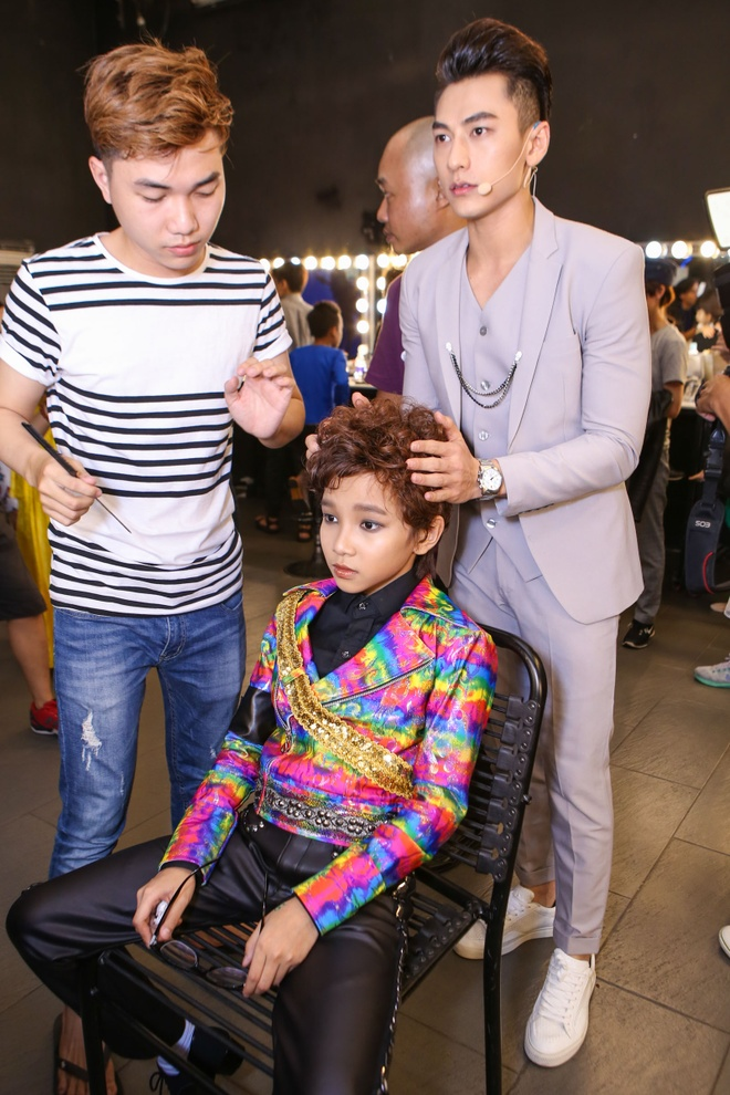 Giam khao treu dua thi sinh o hau truong Vietnam Idol Kids hinh anh 1