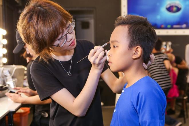 Giam khao treu dua thi sinh o hau truong Vietnam Idol Kids hinh anh 9