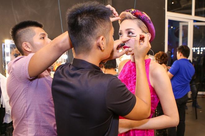 Giam khao treu dua thi sinh o hau truong Vietnam Idol Kids hinh anh 4