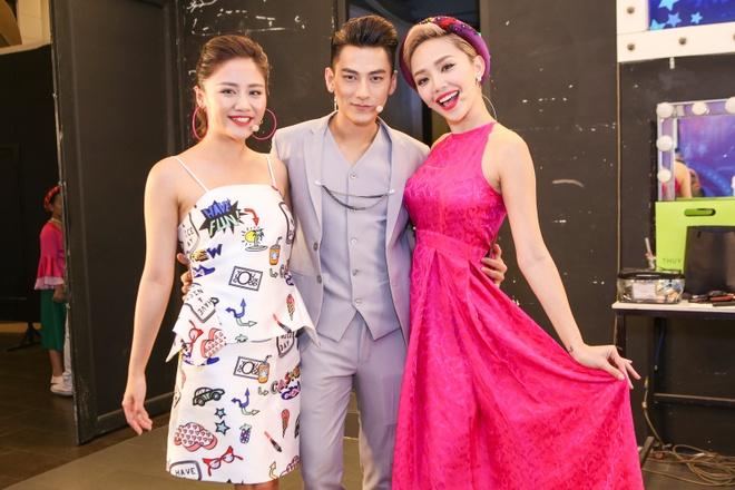 Giam khao treu dua thi sinh o hau truong Vietnam Idol Kids hinh anh 10