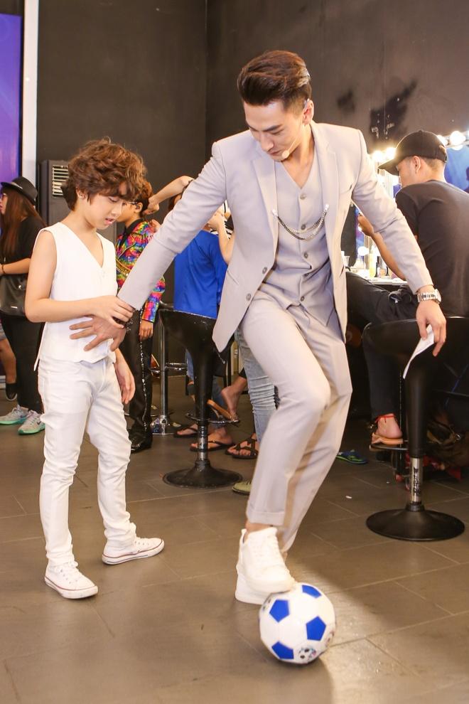Giam khao treu dua thi sinh o hau truong Vietnam Idol Kids hinh anh 2