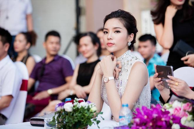Hoa hau Ky Duyen xin loi sau khi bi tung clip hut thuoc la hinh anh 1