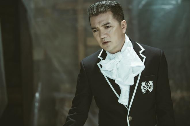 Dam Vinh Hung quy khoc duoi chan Nhan Phuc Vinh trong MV hinh anh 1