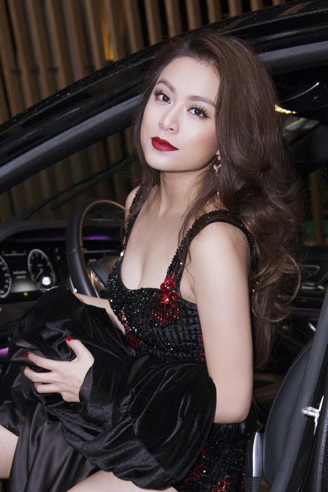 Hoang Thuy Linh tu lai xe hop di dien hinh anh 2