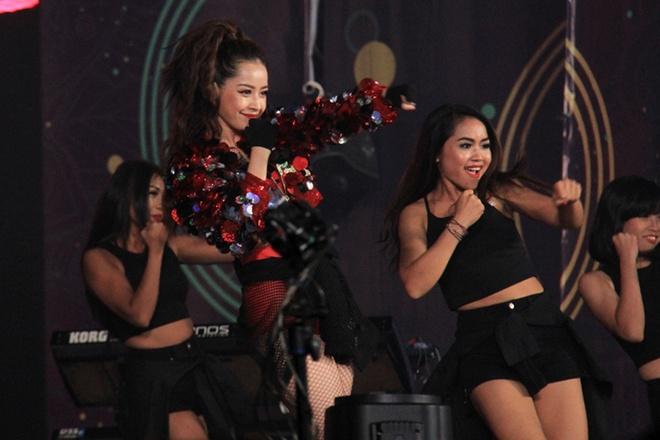Miu Le, Chi Pu thay phien dot nong san khau Viral Fest Asia hinh anh 6