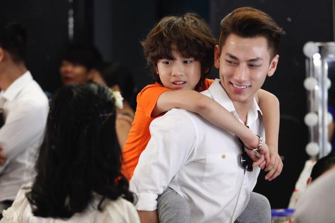Ho Van Cuong nghich ngom tren phim truong quay MV dau tay hinh anh 9