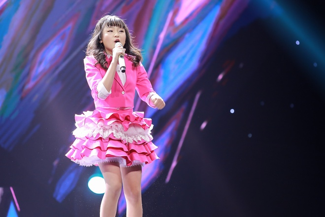 Co be hat Quoc ca gay nong mang xa hoi thi The Voice Kids hinh anh 1