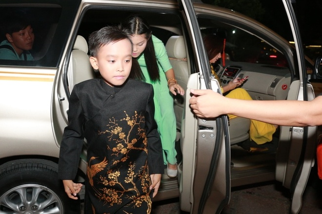 Ho Van Cuong duoc fan vay kin khi lan dau ra Ha Noi hinh anh 1